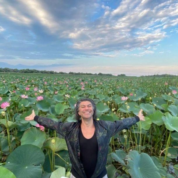 Счастливого Николая Цискаридзе заметили в Астрахани на лотосовом поле