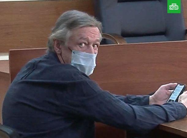 Разбитый инсультом Михаил Ефремов доставлен в суд
