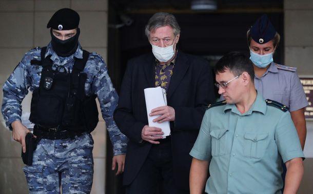 Михаила Ефремова эвакуировали из здания суда из-за угрозы жизни