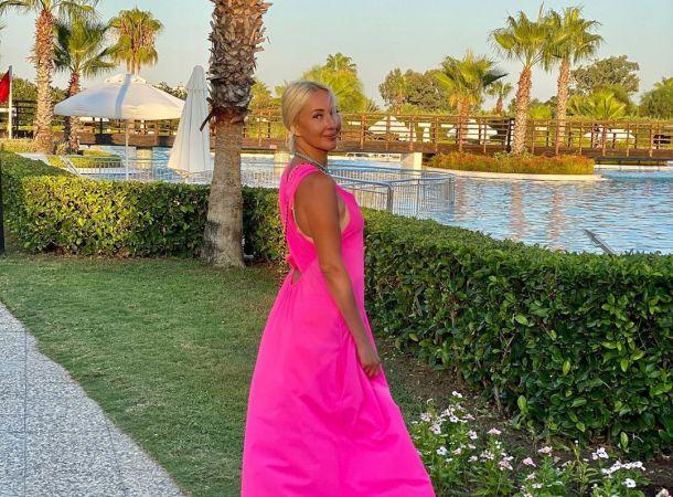 49-летняя Лера Кудрявцева восхитила поклонников изящной фигуркой в флуоресцентном монокини
