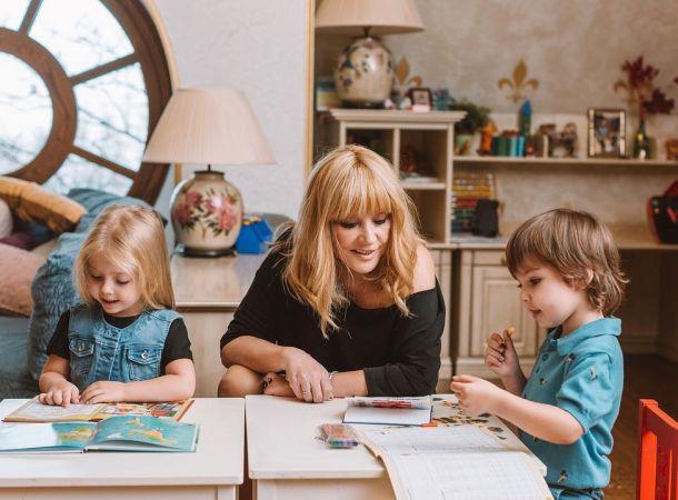 Алла Пугачева приучает детей к садово-огородным работам