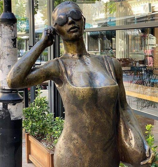 Настя Ивлеева нашла памятник, посвященный себе