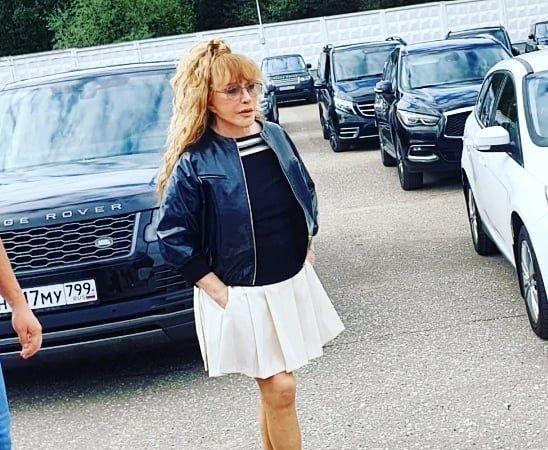 Алла Пугачева в образе школьницы привела детей в школу