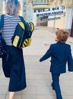 Надежда Михалкова торжественно привела сына от Гигинеишвили в школу