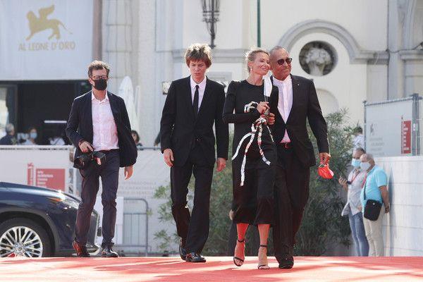 Сын Андрея Кончаловского и Юлии Высоцкой затмил родителей на красной дорожке в Венеции
