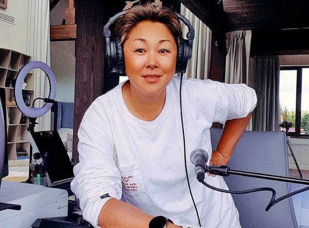 Анита Цой обсудила с мужем возможность усыновить ребенка