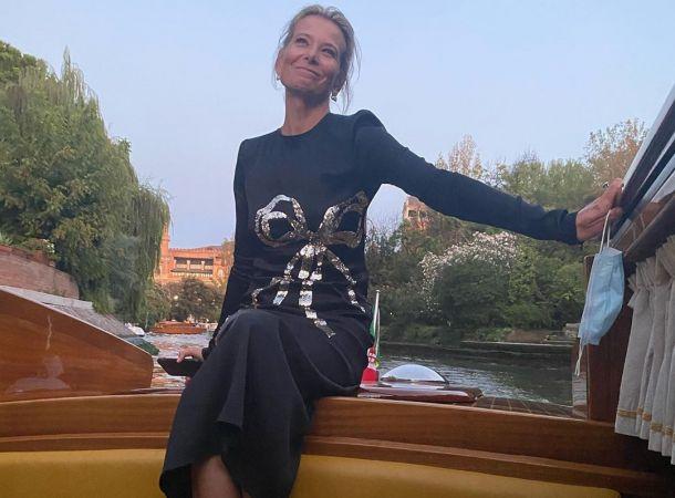 Юлия Высоцкая блеснула фигурой в смелом купальнике в Венеции