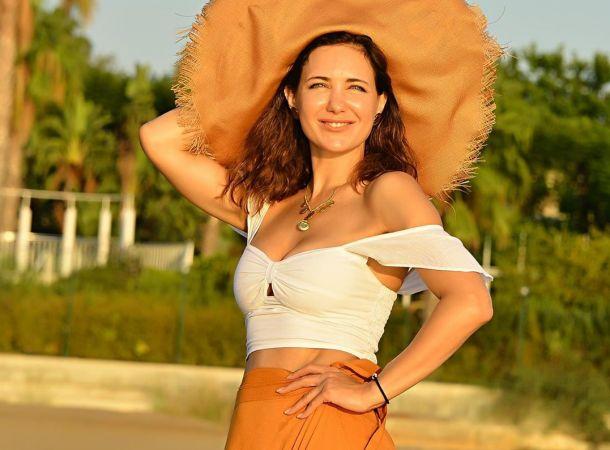 Взрослая дочь запечатлела Екатерину Климову в необычной позе