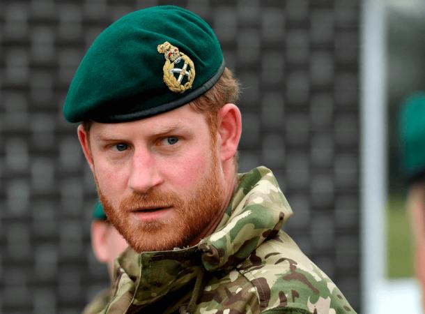 Принц Гарри тяжело переносит решение королевы лишить его воинских званий