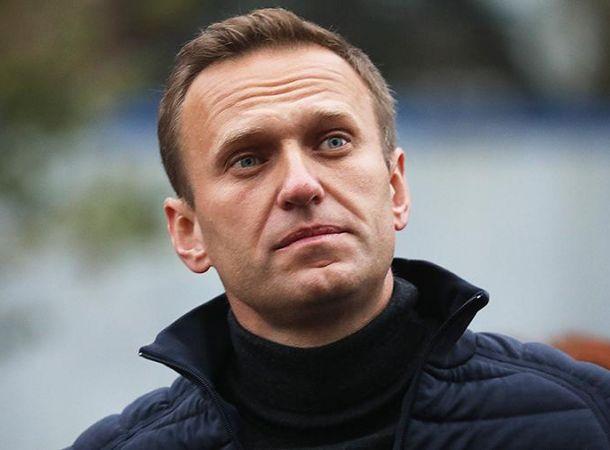 Алексей Навальный начал подниматься с кровати