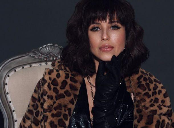 Мирослава Карпович кокетливо приспустила платье в новой фотосессии