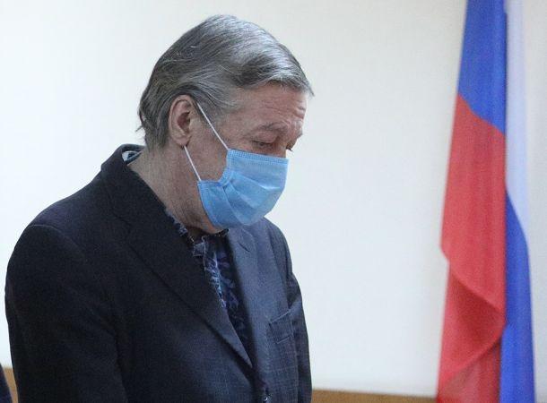 Михаил Ефремов побрился налысо в СИЗО