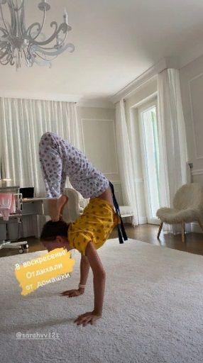 Младшая дочь Веры Брежневой продемонстрировала чудеса гибкости
