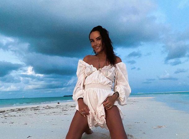 Айза Анохина показала округлившийся живот и нарвалась на поздравления с беременностью