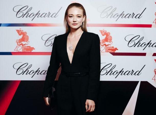 Оксана Акиньшина появилась на ММКФ в костюме с экстремальным декольте