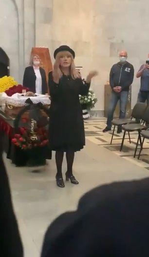 Алла Пугачева приехала на похороны Александра Кальянова