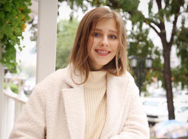 Лиза Арзамасова вышла на прогулку по Москве в нетипичном для себя мини