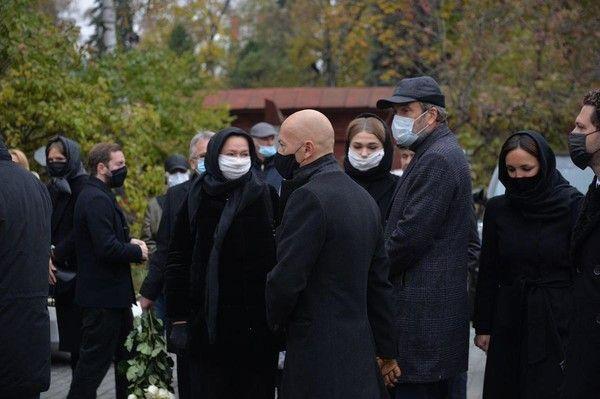 Федор Бондарчук приехал на похороны матери с Паулиной Андреевой