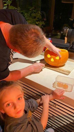 Татьяна Навка показала подготовку к Хэллоуину в своей семье