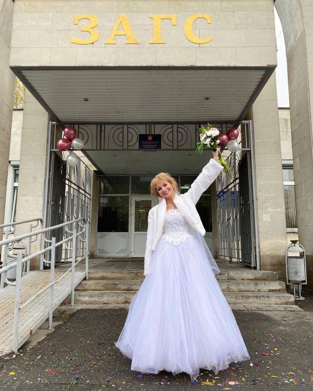 Кристина Асмус объяснила свое появление в ЗАГСе в свадебном платье