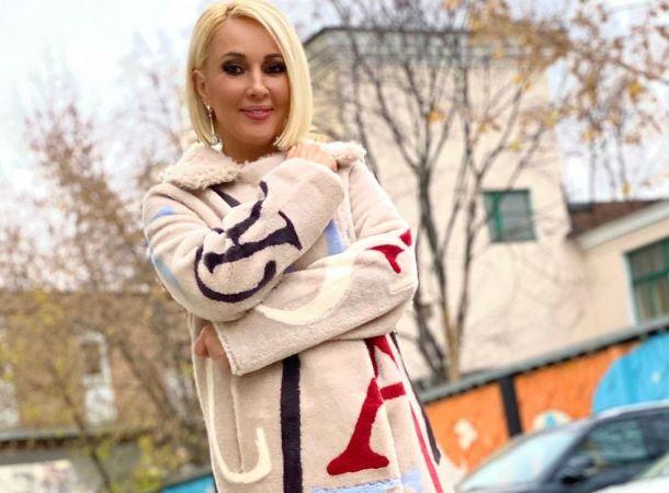 """Лера Кудрявцева прогулялась по улице в """"банном халате"""""""