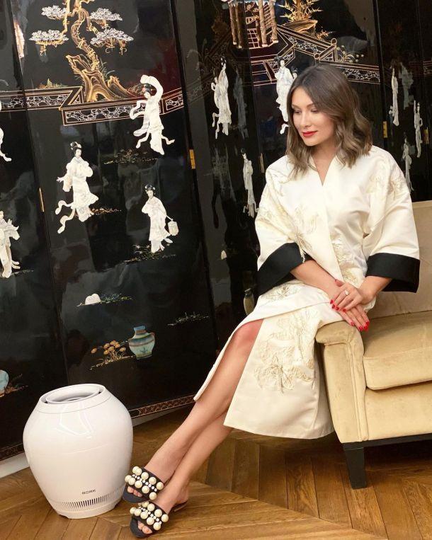 Жена Гарика Мартиросяна позирует в стильном домашнем наряде