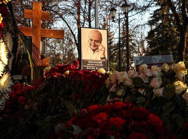Поклонники Михаила Жванецкого завалили его могилу цветами