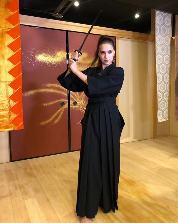Скучающая по Японии Алина Загитова примерила образ самурая