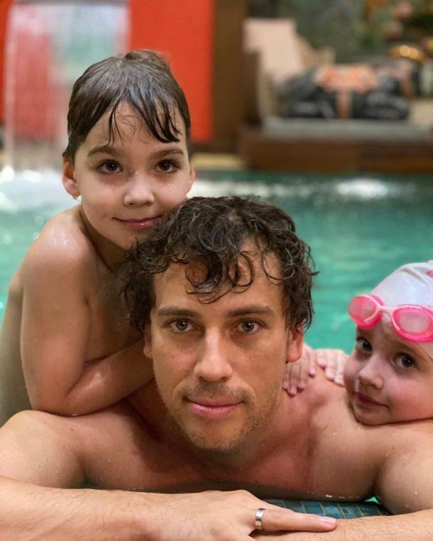 Максим Галкин показал семейный заплыв в бассейне