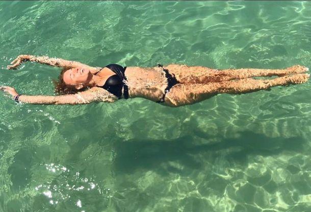 46-летняя Ксения Алферова похвалилась изящной фигурой в бассейне