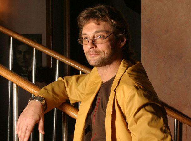 Александр Домогаров впервые вышел в свет с молодой пассией