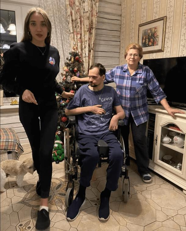 Жена и мама Алексея Янина показали парализованного актера