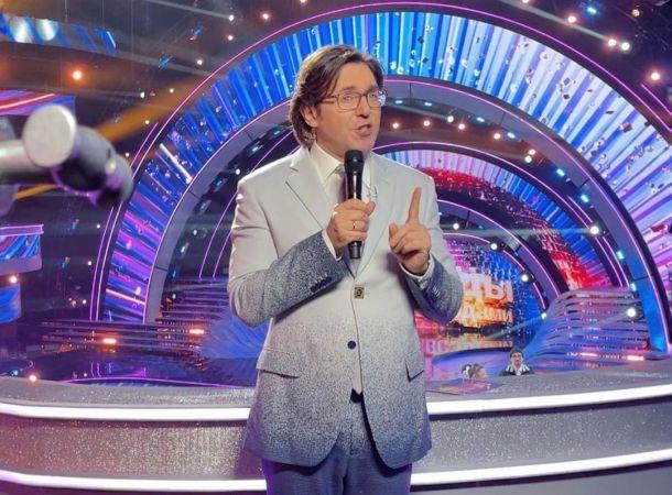 Андрей Малахов появился на съемках в женской блузке