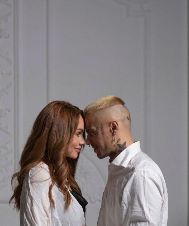 МакSим устроила съемку с загадочным блондином