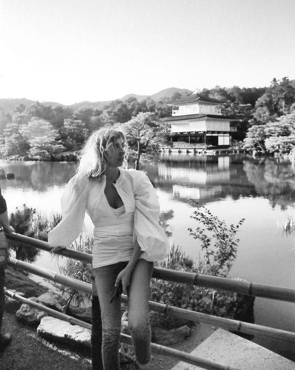Светлана Бондарчук примерила стильный весенний образ для прогулки