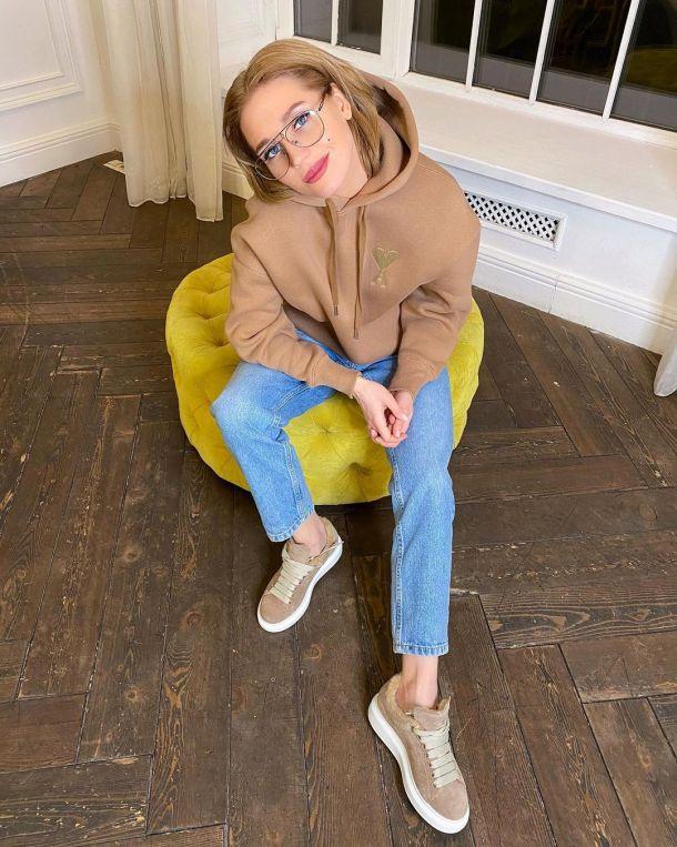 Кристина Асмус примерила очки для зрения