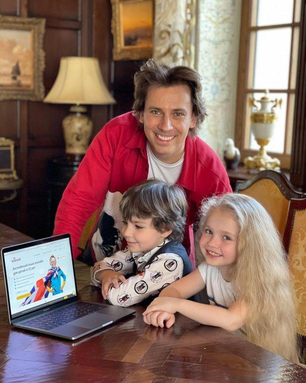 Максим Галкин показал довольных сына и дочь
