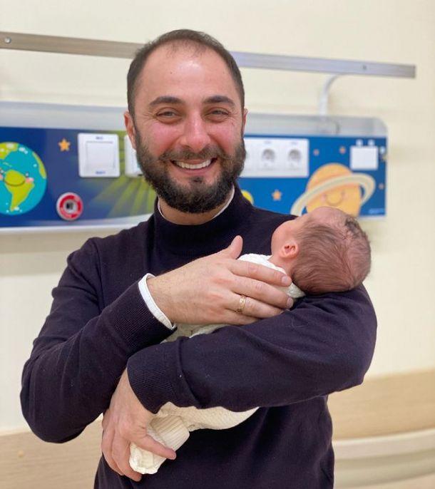 Демис Карибидис поделился снимком новорожденной дочери