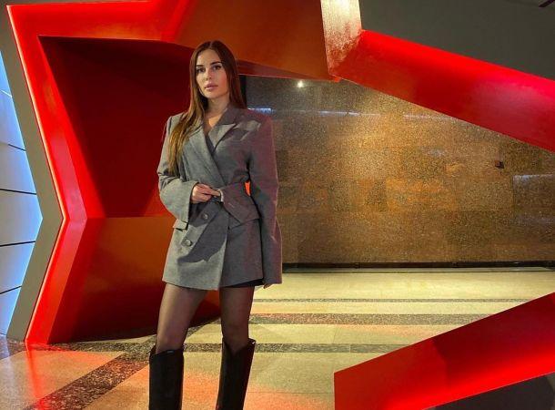 Юлия Михалкова сверкнула стройной фигуркой в черном монокини с «завлекалочками»