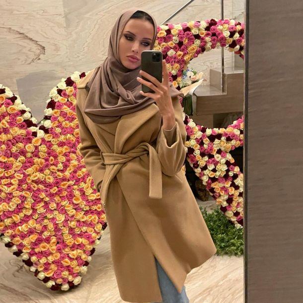 Анастасия Решетова предстала в платье-халате трендового оттенка и хиджабе