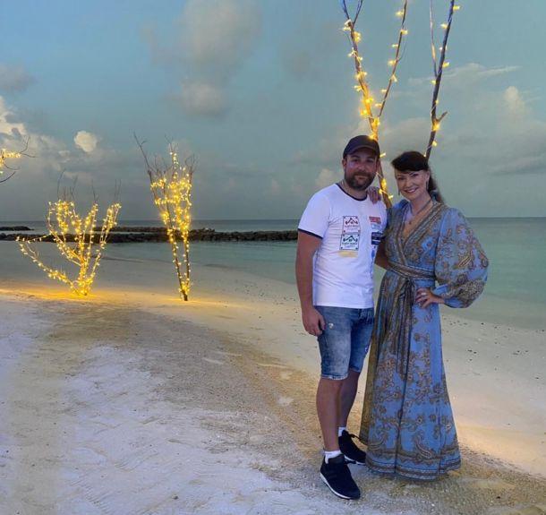 Нона Гришаева подчеркнула хрупкую фигуру платьем на запах