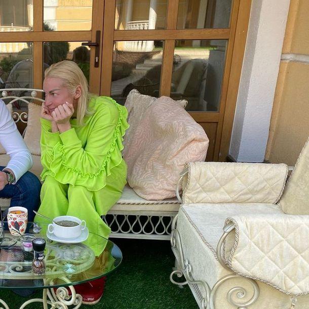 Анастасия Волочкова украсила веранду с тайным избранником