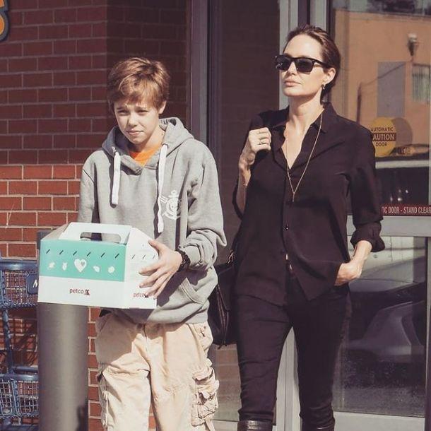 Дочь Анджелины Джоли и Брэда Питта вынуждена передвигаться на костылях