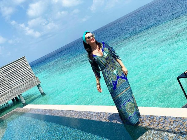 На Мальдивах Нонна Гришаева выгуляла платье с восточным принтом и чалму