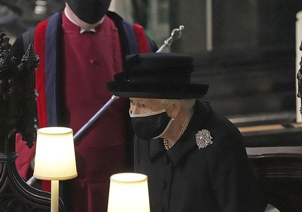 Елизавета II взяла на похороны мужа трогательную семейную фотографию