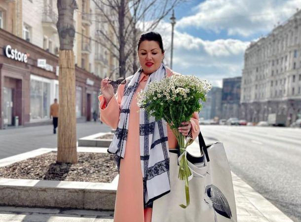 Анна Нетребко прогулялась по ночной Москве в платье с перьями