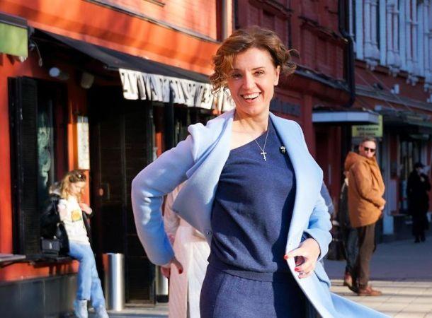 46-летняя Ирина Алферова обнажила стройные ножки