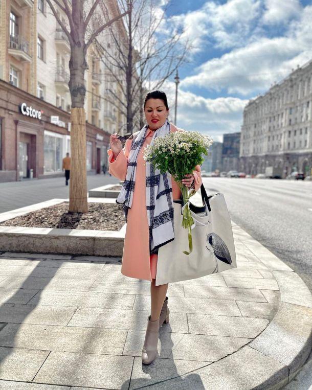 Анна Нетребко выгуляла наряд цвета весеннего неба