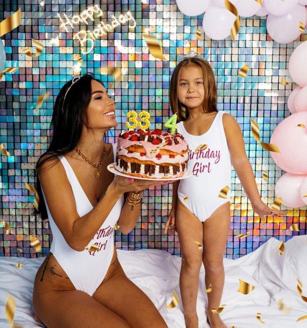 Оксана Самойлова с дочерью устроили праздничную фотосессию в одинаковых купальниках