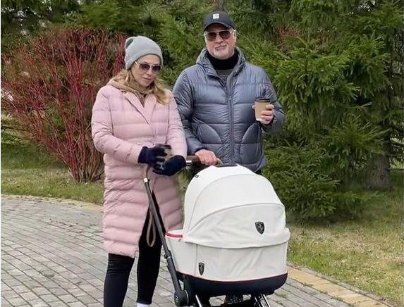 Валерия Меладзе с женой и новорожденной дочкой заметили на прогулке